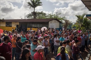 Rebel parents demand the closure of the ramshackle José Eduardo Sánchez Afanador school during an emergency summit.
