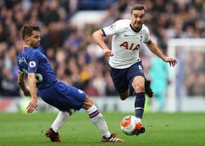 Harry Winks battles for the ball against César Azpilicueta