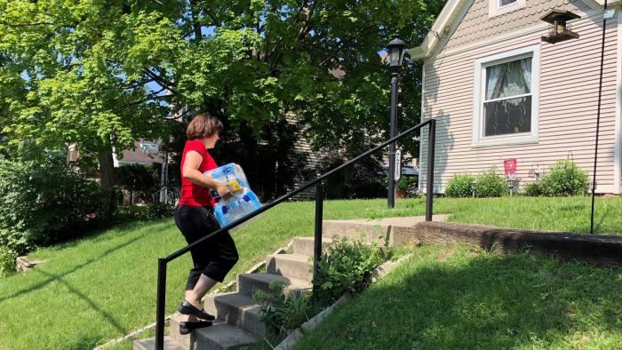 Cincinnati DoorDash worker Renee Shell delivers an order from Walmart in Cincinnati, Ohio, U.S., July 1, 2018. Photo taken July 1, 2018. REUTERS/Lisa Baertlein